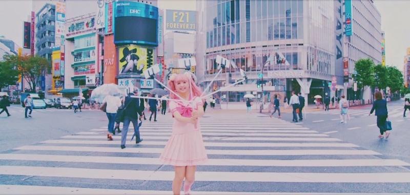"""にこるん、""""5股""""自撮り棒を駆使した渋谷スクランブル交差点での撮影風景公開サムネイル画像"""