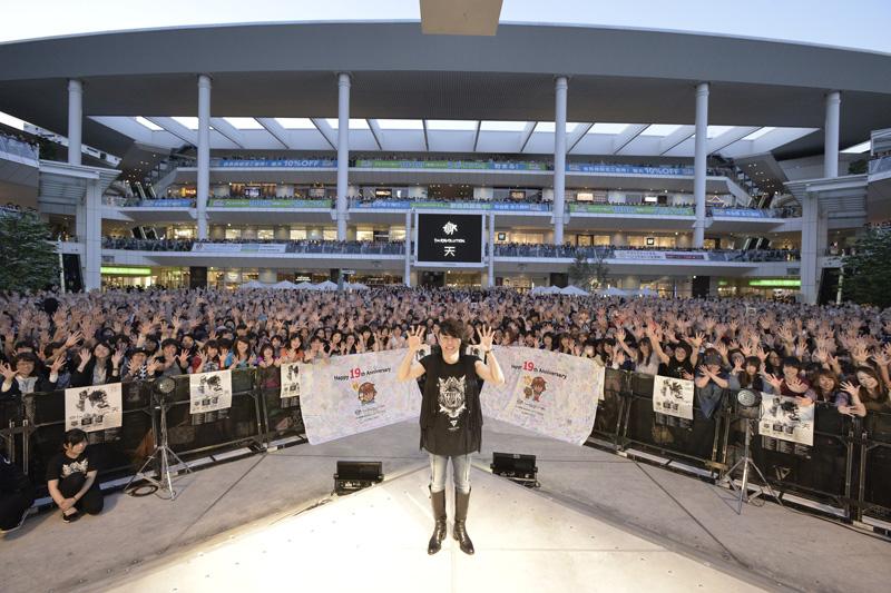 T.M.Revolutionデビュー19周年をファンと共に。リリース記念イベントで5,000人とハイタッチサムネイル画像