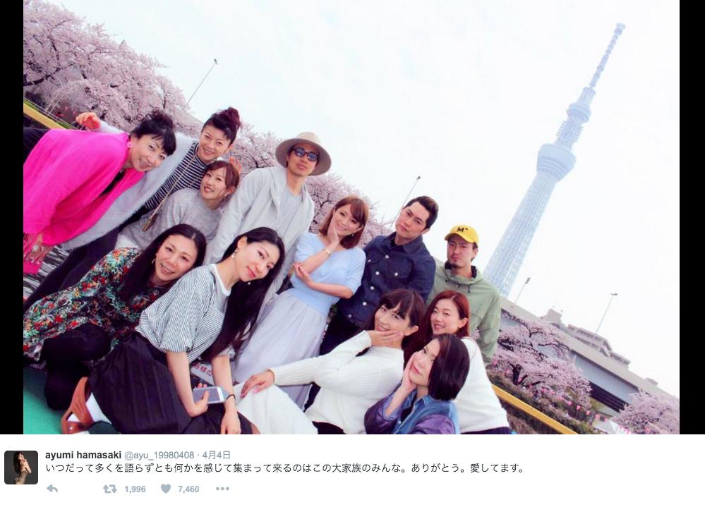 """浜崎あゆみ、""""大家族""""とのお花見写真公開。「その仲間にはいりたぁーい」サムネイル画像"""