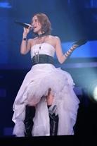 鈴木亜美、妊娠5か月のステージ衣装姿を披露。妊婦の先輩、hitomiのステージに「なんとも心強い」サムネイル画像