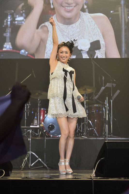 酒井法子45歳、ミニスカワンピで美脚を惜しみなく披露!16年ぶりデビュー30周年コンサートに登場サムネイル画像