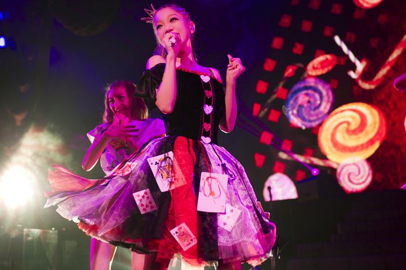 """西野カナ、自身初のハロウィンライブ大成功!10000人のファンを""""8変化""""で魅了サムネイル画像"""