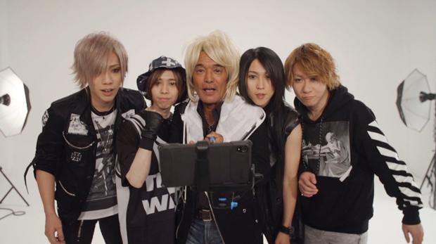 松崎しげるがヴィジュアル系バンドに加入!?SuGの新ボーカリストとしてニューアルバム「BLACK」のテレビスポットに出演サムネイル画像