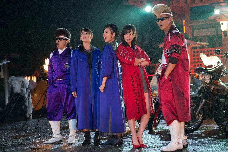 指原、ずぶ濡れになりながらも氣志團のリーゼントに気配り!HKT48、氣志團とのコラボシングルのMV公開サムネイル画像
