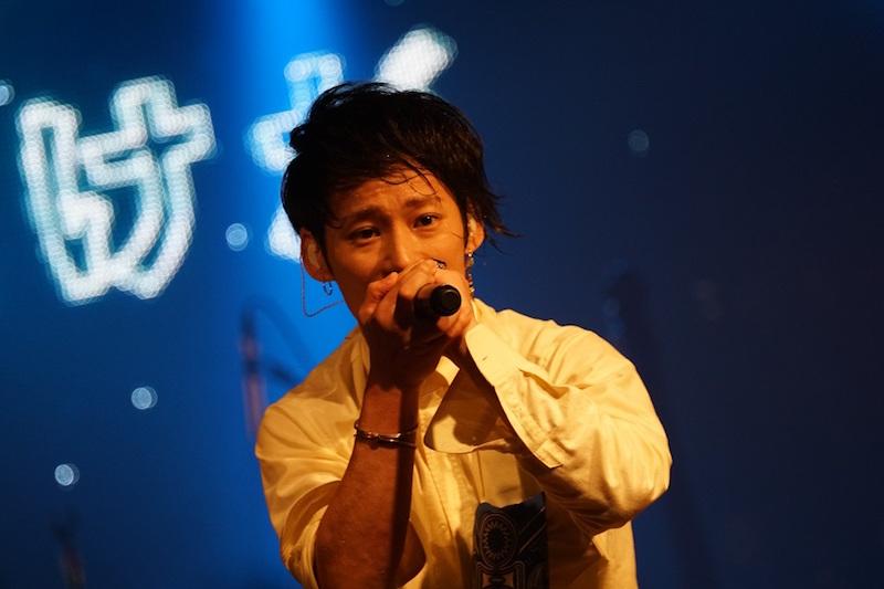 """TAKUYA∞が観客に靴ひもを結んでもらう""""珍事""""も。UVERworld、結成16周年ライブ敢行!サムネイル画像"""