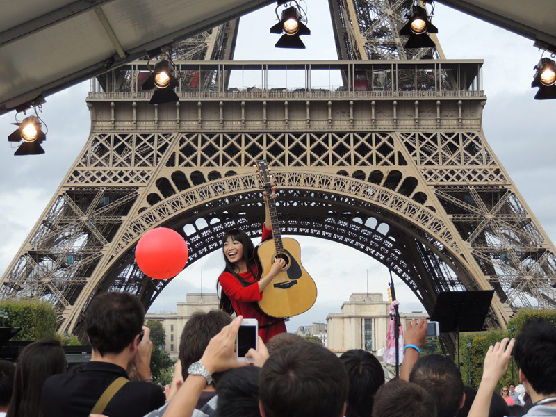 miwa、初の海外ライブ!パリ・エッフェル塔を背に、東北・被災地の100人の中高生と熱唱サムネイル画像