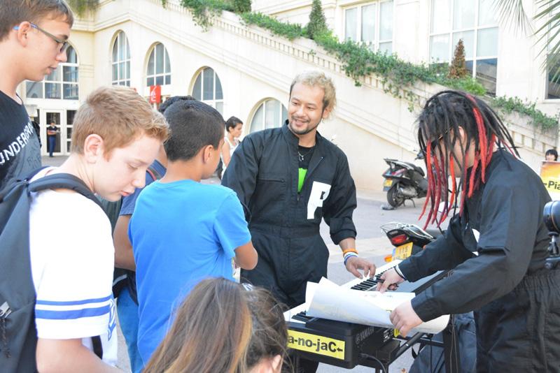 【→Pia-no-jaC←ツアーレポート】フランス・モンペリエでストリートライブ決行!大人から子供たちまでを虜にサムネイル画像