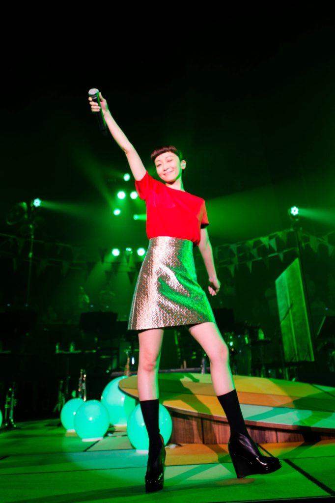 ELT・持田香織、デビュー当時を彷彿とさせるミニスカートで変わらぬ美脚披露。「90年代ありがとう!」