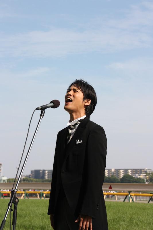 桐谷健太、観衆・13万人日本ダービーでの国歌独唱が「気合いすごい」「心に響く」と話題。サムネイル画像
