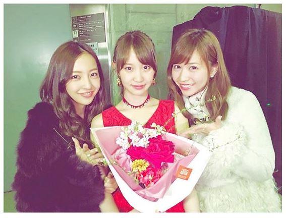 元AKB48・河西智美、板野友美・永尾まりやとの3ショット公開。卒業公演に駆けつけるサムネイル画像