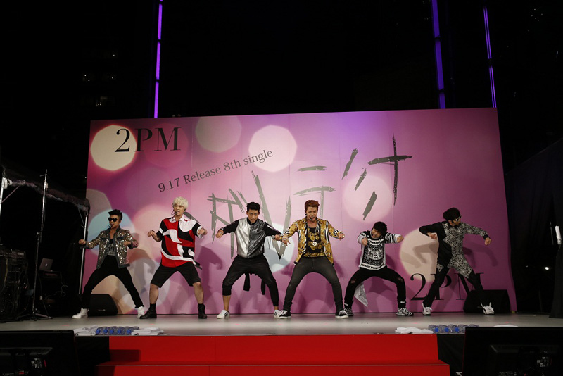 2PM、六本木で初のゲリラライブ!2000人が熱狂サムネイル画像