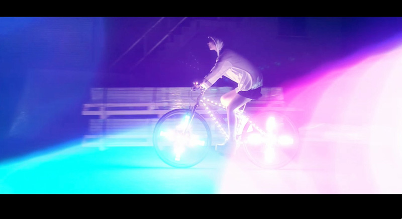 光るデコチャリ疾走!暗闇を照らす大塚 愛のファンタスティックな最新MV解禁サムネイル画像