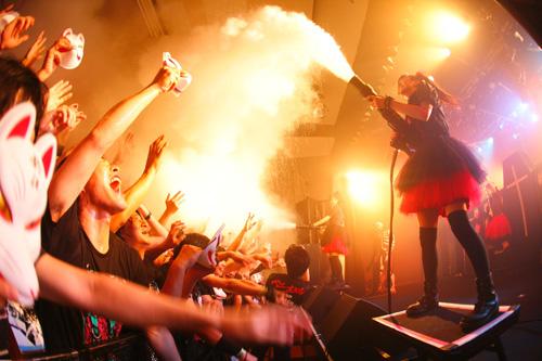 全員キツネ?! 目黒・鹿鳴館でBABYMETALが「キツネ祭り」開催サムネイル画像