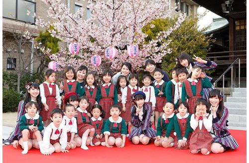HKT48 桜新町 さくら幼稚園の一足早い花見にサプライズ参加サムネイル画像