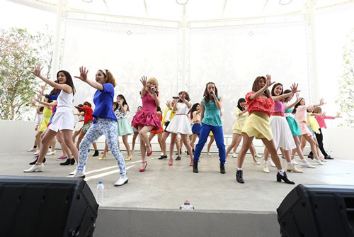 E-girls  カラフル衣裳とダンスに3,000人の観客たちが熱狂サムネイル画像