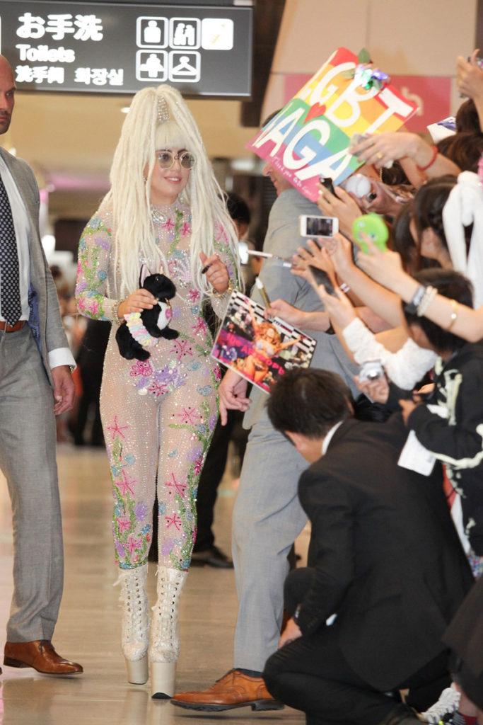 レディー・ガガ 全身シースルータイツで9か月ぶりに来日!「アイシテマス、ジャパン!」サムネイル画像