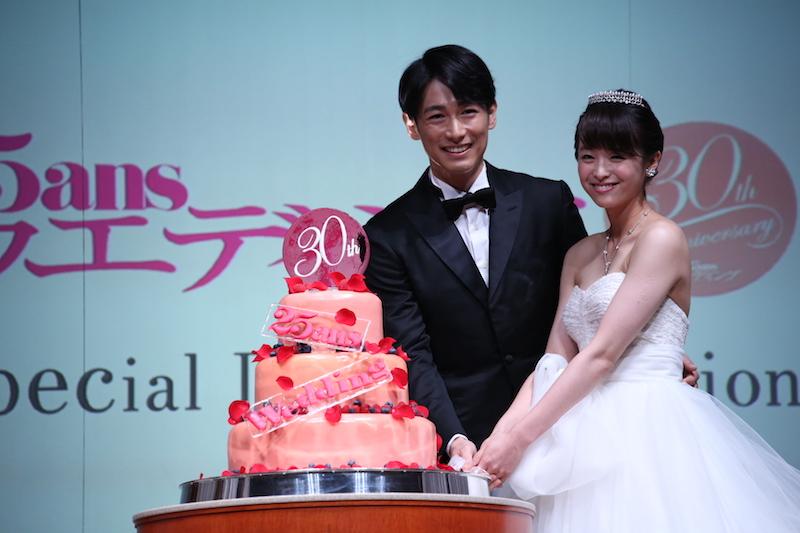 ディーン・フジオカ、「結婚式はやってよかった」。短髪・タキシード姿でのケーキカット写真を披露