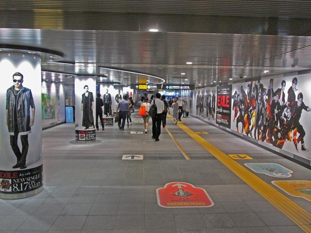 """EXILE、渋谷駅""""ジャック""""にファン歓喜。「人だかり」「みんな写真撮ってる」サムネイル画像"""