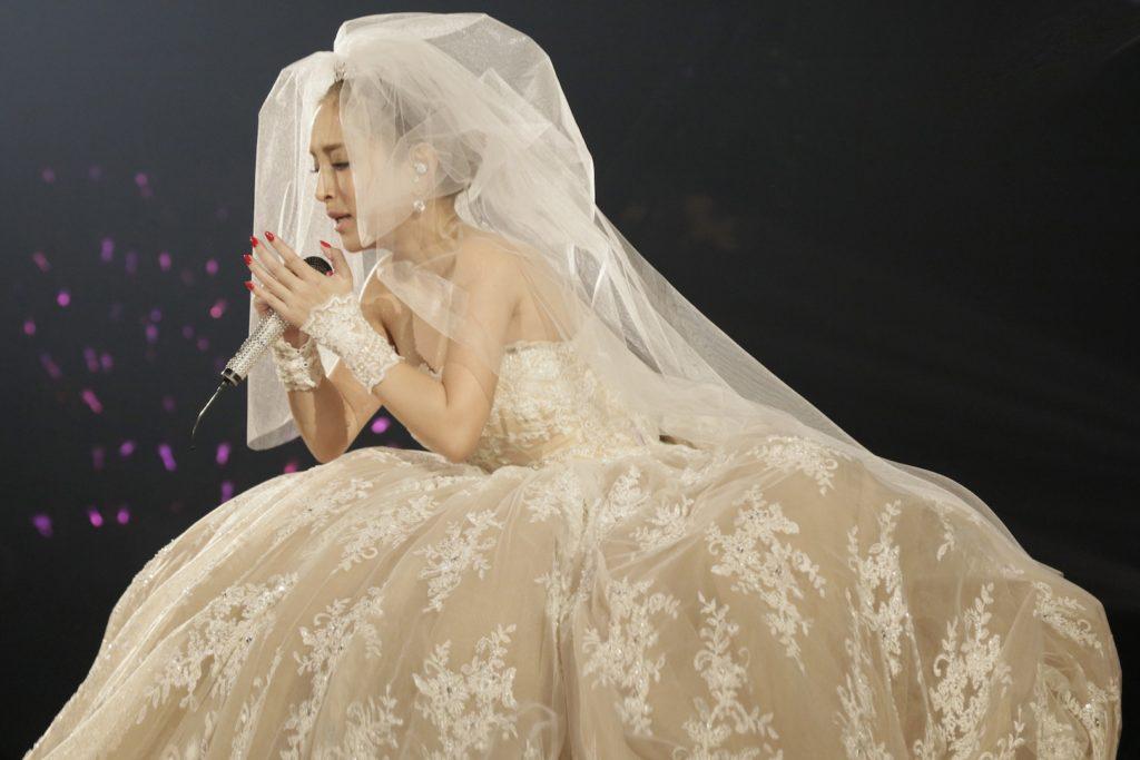 浜崎あゆみ、約30メートルのベールをまとったドレス姿の写真公開で「あまりにも綺麗すぎ」「神レベルにかわいい」サムネイル画像