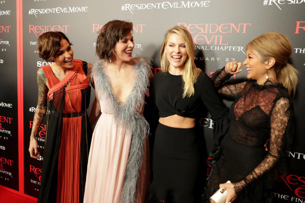 ローラ、LAプレミアでミラ・ジョヴォヴィッチらハリウッド女優との仲良しショット公開!サムネイル画像