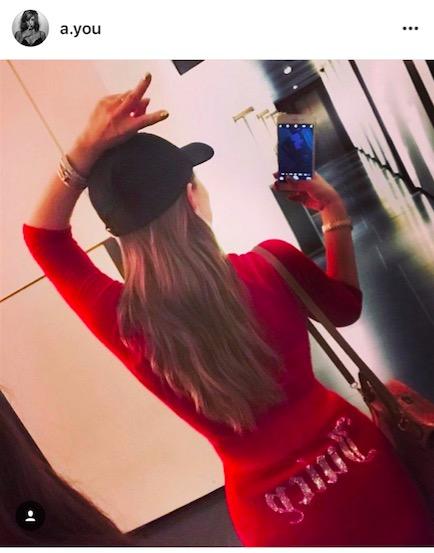 浜崎あゆみ、ボディライン強調ワンピ姿の写真公開で「クビレやばい」「羨ましすぎボディ」の声サムネイル画像