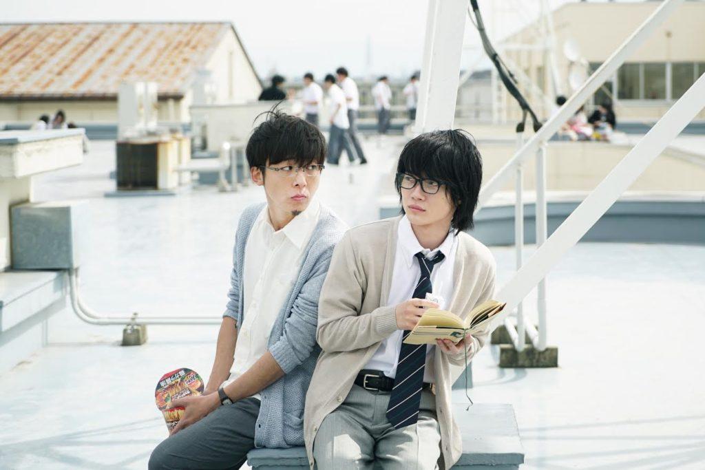 神木隆之介と高橋一生の2ショット写真を解禁。映画『3月のライオン』の生徒と教師のほっこり昼休みシーンサムネイル画像