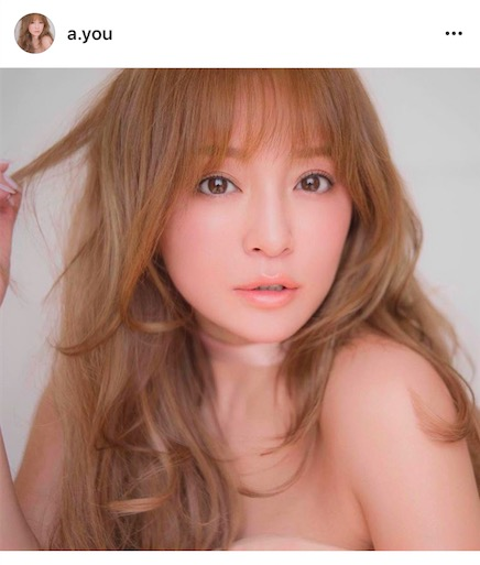 思わず二度見!?浜崎あゆみ、大胆肩出し&ナチュラルメイク写真公開に「これが私の時代のあゆ姫!」「顔交換してほしい」サムネイル画像