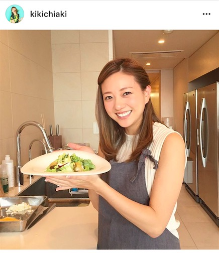 元AAA伊藤千晃、キュートな二の腕出しエプロン姿写真公開で「可愛すぎるママ」「花嫁修行!?」サムネイル画像