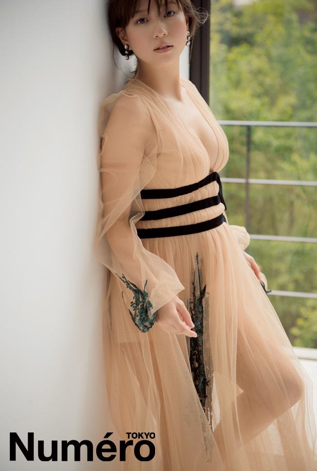 元AAA伊藤千晃、大胆胸元&妊娠8ヶ月ふっくらお腹のマタニティフォト公開で「なんでこんなに美しいの」「綺麗さが前よりも増してる」サムネイル画像
