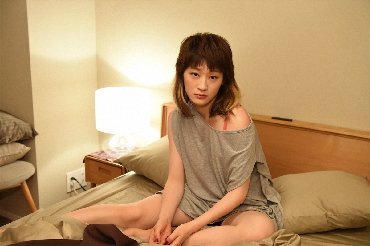 """肌の露出惜しまず""""誘惑""""!水カン・コムアイが、くりぃむ有田主演ドラマで愛人演じる"""