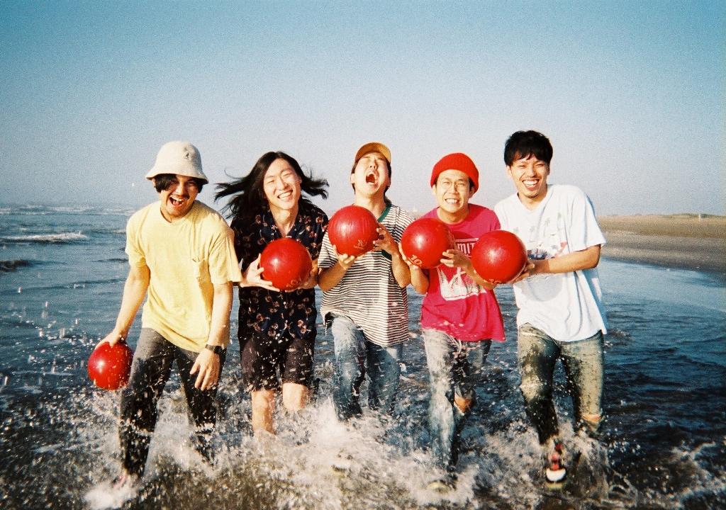 never young beach「SURELY」ミュージックビデオを公開!ネバヤンが障害物競争をしながらビーチを駆け抜けるサムネイル画像