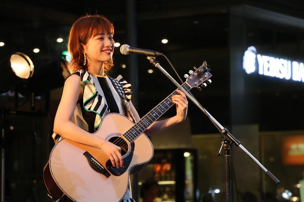 看護師としても働くアーティスト・瀬川あやかがイベントで新曲を披露サムネイル画像