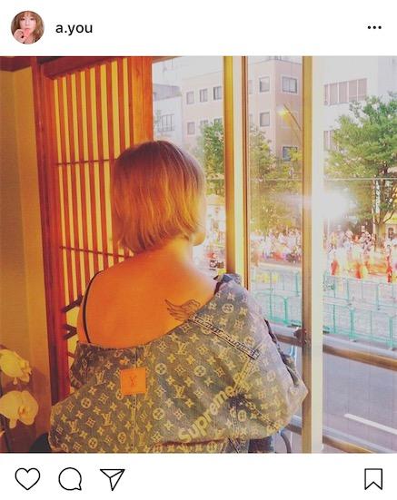 浜崎あゆみ、よさこい祭りを見る背中出しショット公開に「背中きれい」の声サムネイル画像