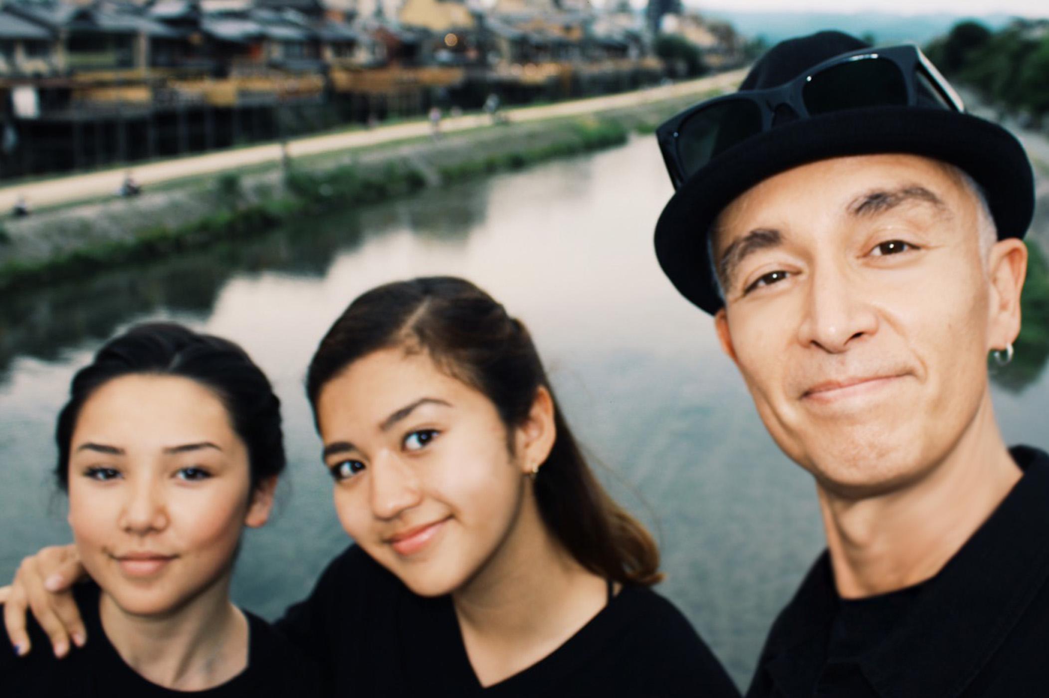globeマーク・パンサー、愛娘とその親友をフィーチャリングした新曲リリース!3ショットも公開