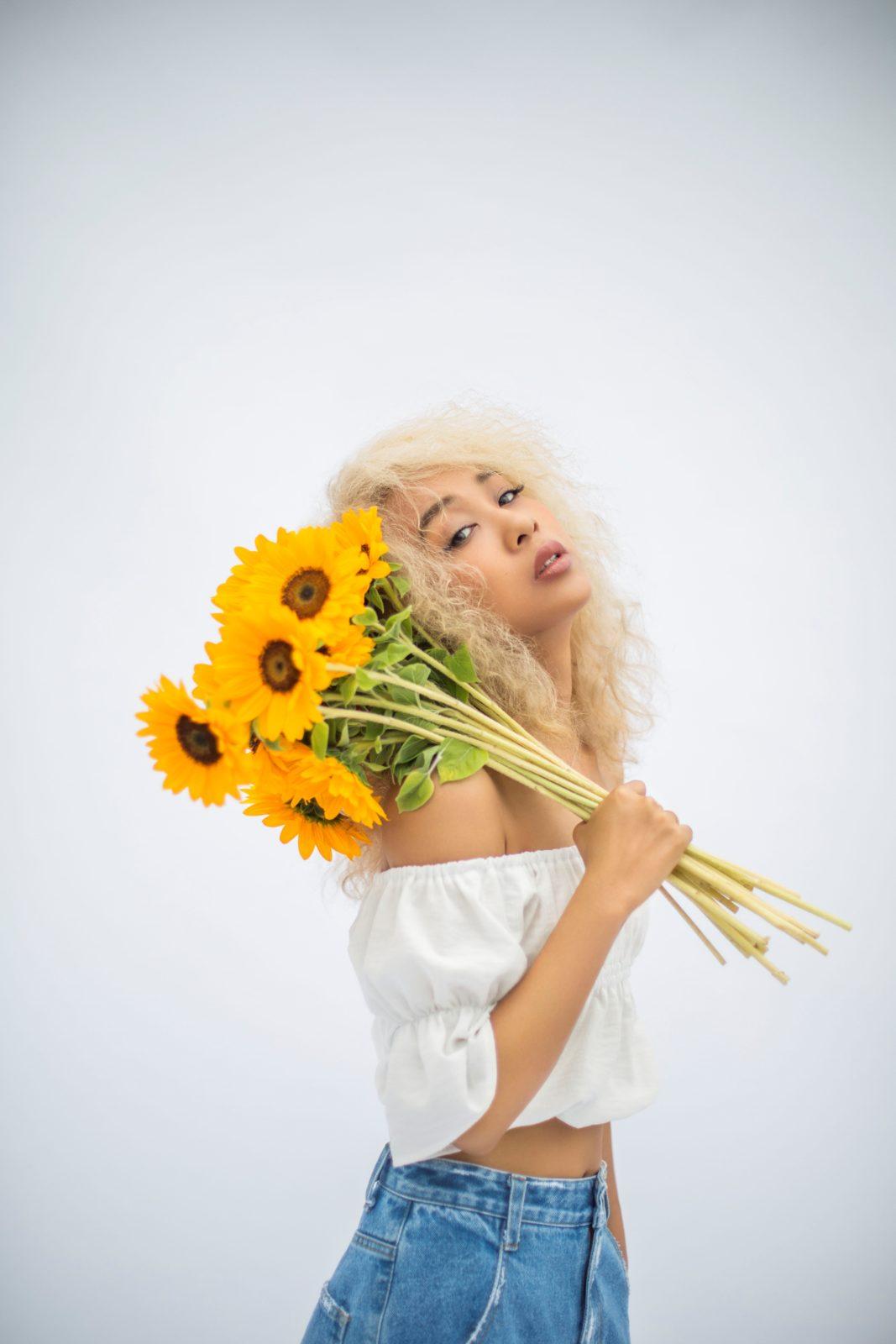 青山テルマ、新曲「一生仲間」MVにAI、けみお、RIEHATAら超豪華な仲間たちが参加!本人コメントも届くサムネイル画像