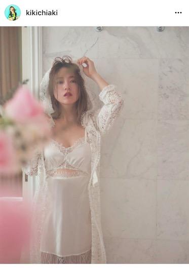 元AAA・伊藤千晃、妊娠中の純白部屋着写真公開で「色っぽい」「国宝級にかわいい」サムネイル画像