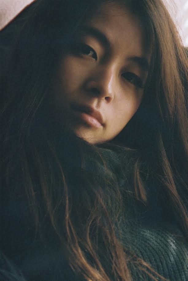 片平里菜の新曲「愛のせい」が本日より先行オンエアサムネイル画像