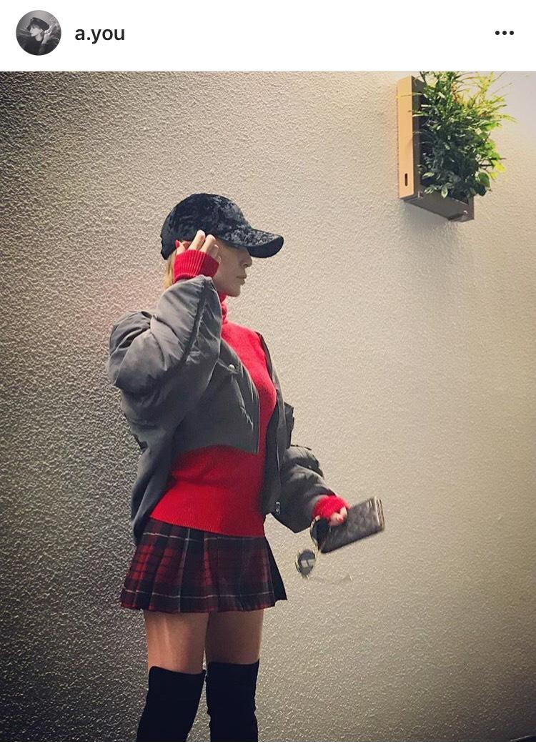 浜崎あゆみ、ミニスカートコーデ披露し「足細い」「くびれ」と賞賛の声サムネイル画像