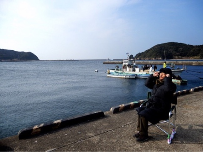 """稲垣吾郎、""""お爺ちゃんの日向ぼっこ""""写真公開しファンから反響「お茶目なポーズ」「笑ってしまいました」サムネイル画像"""