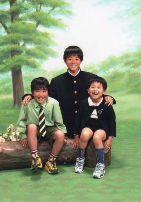 菅田将暉、中学1年生頃の貴重な3兄弟ショットが公開で「かっこよすぎやろ!」「中学生でこのビジュアル」サムネイル画像