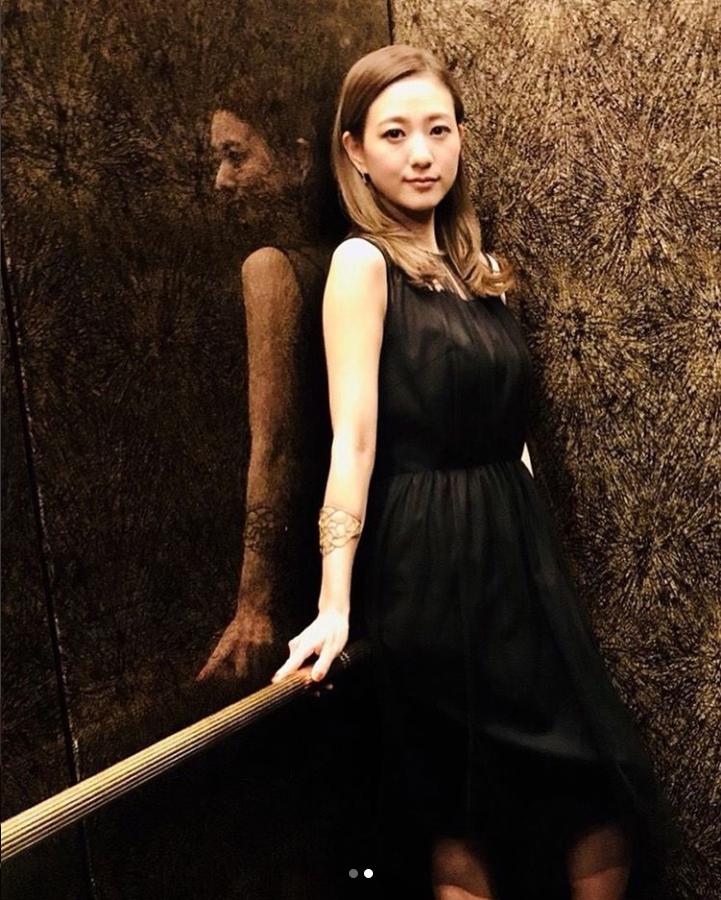 伊藤千晃、花柄ドレス&黒のワンピース姿にファン悶絶!「顔ちっさすぎ」「スタイル抜群」