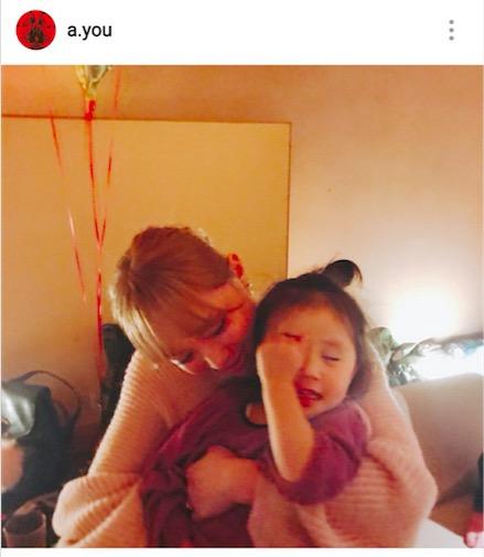 浜崎あゆみ、子供抱く写真公開で反響「かわゆいママさん」「優しい眼差しにキュン」