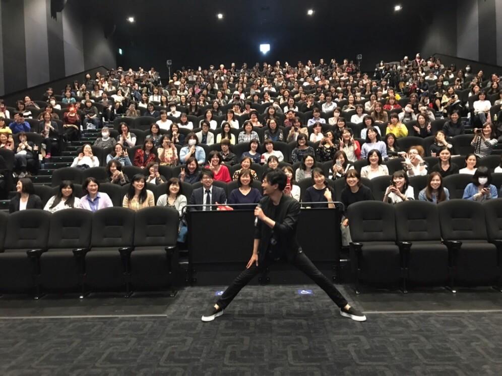 """ギャップが良い!稲垣吾郎、舞台挨拶で""""はしゃぐ私""""写真にファン反響「かわいい」サムネイル画像"""
