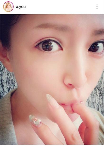 """浜崎あゆみ """"指くわえ""""アップ写真公開に「スッピンも美しい」「なんてツルツル肌」サムネイル画像"""