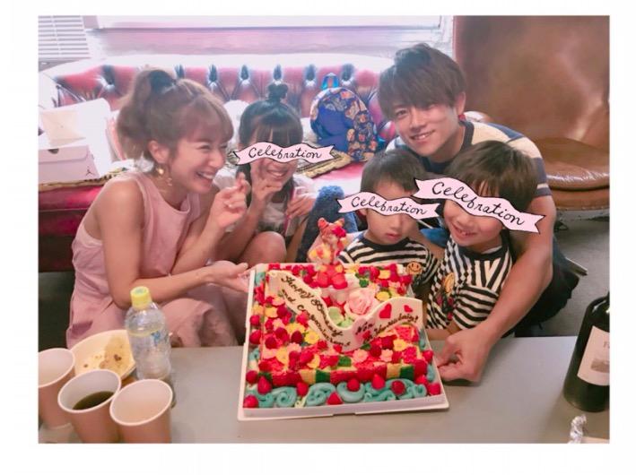 """辻希美、31歳の誕生祝いで""""ミニモニ。ケーキ""""囲んだ家族5人の仲良しショット公開サムネイル画像"""