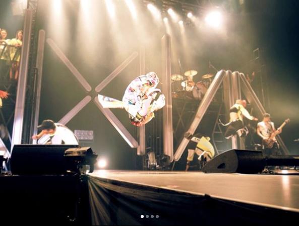 「飛びすぎ」倖田來未 ライブ中えび反りジャンプ写真に「折れそう」と驚きサムネイル画像