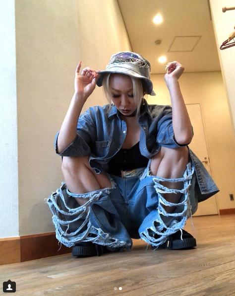 倖田來未「穴開きすぎ」ジーンズから美脚のぞかせコーデ披露サムネイル画像