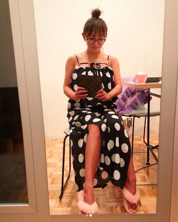 「めがねっこ」浜崎あゆみ、リラックスな肩&美脚のぞくワンピスタイル公開サムネイル画像