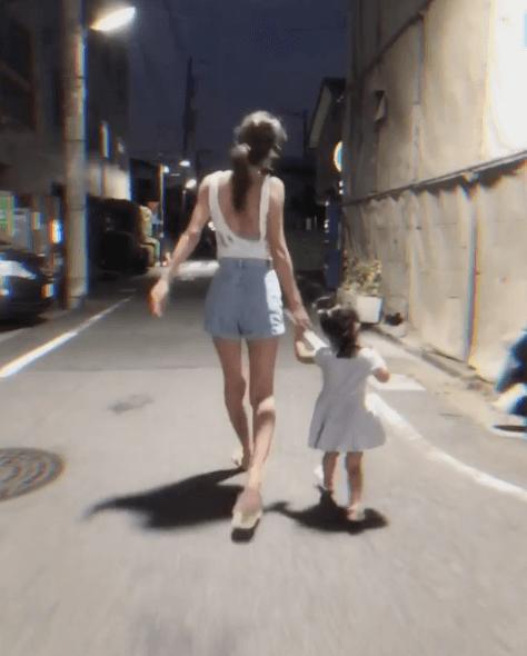 セクシーな背中も披露!木下優樹菜、2歳次女のイヤイヤ期「やばメー」に共感の声サムネイル画像