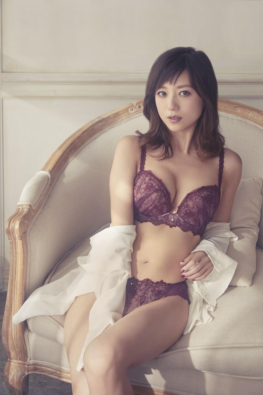 伊藤千晃 美しすぎるランジェリー姿披露サムネイル画像